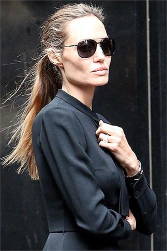 Khuôn mặt hốc hác, tiều tụy của Angelina khi đi trên phố.