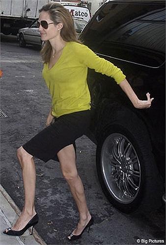 Đôi chân gày guộc, trơ gân guốc không kém gì cánh tay khẳng khiu của cô.