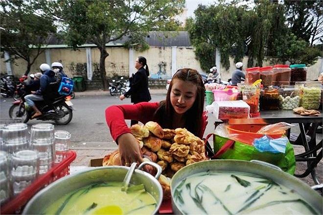 Ngoài lý do muốn mục sở thị hot girl bánh tráng trộn, nhiều người còn tò mò về sự đặc biệt của sản phẩm cô làm.