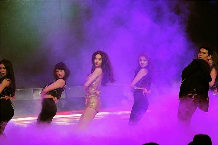 Hồ Ngọc Hà biểu diễn trong liveshow của Trấn Thành.