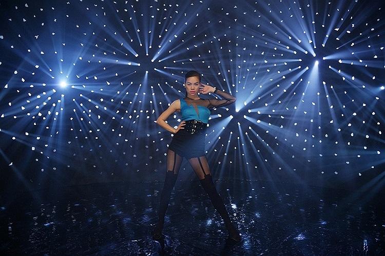 Không những khéo léo trong cách ăn mặc thường ngày, Hồ Ngọc Hà còn biết làm mình trở nên quyến rũ trên sân khấu.