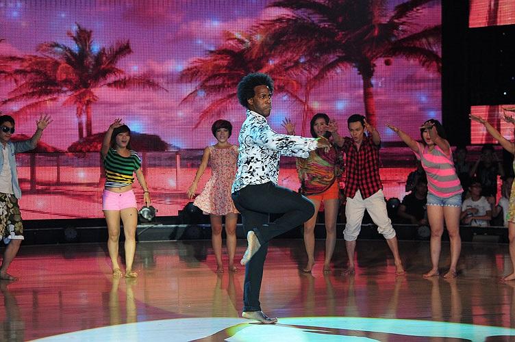 Giám khảo Alfredo vừa sôi động nhưng cũng đầy tinh tế với màn nhảy Africa kết hợp với Rumba và múa đương đại.