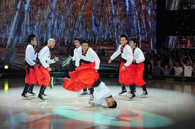 Nhóm S.I.N.E vui nhộn với tiết mục múa Nga, đưa khán giả đến với nước Nga xinh đẹp và tham gia một lễ hội nổi tiếng của xứ sở Bạch Dương.