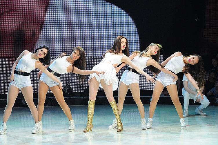 Nữ ca sỹ diện trang phục ngắn cũn khoe đôi chân dài nuột nà và nhảy cực bốc lửa.