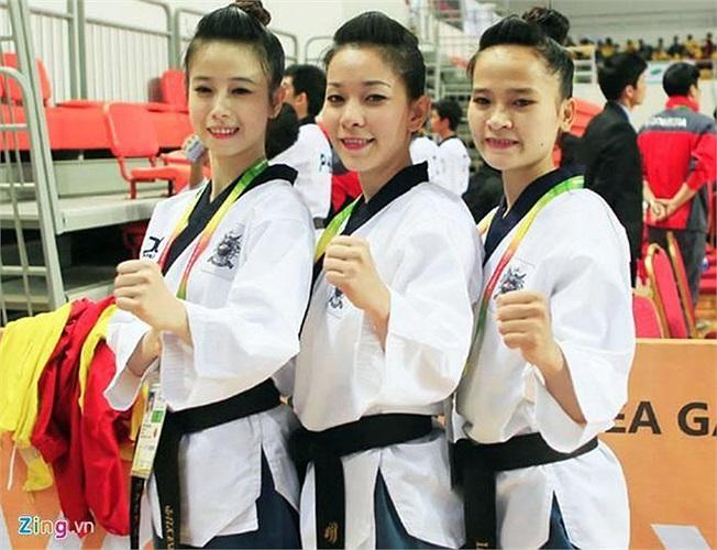Châu Tuyết Vân cùng 2 đồng đội đã xuất sắc giành tấm HCV taekwondo đầu tiên cho Việt Nam ở nội dung quyền biểu diễn đồng đội nữ