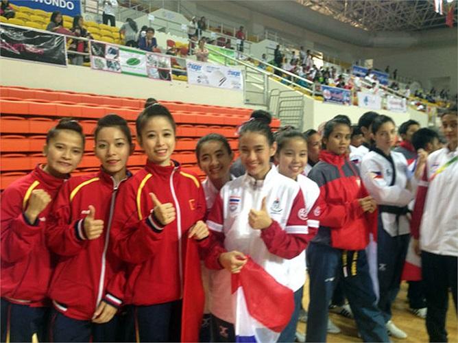 3 cô gái trước khi nhận huy chương