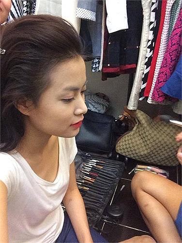 Khi Hoàng Thùy Linh mới đây đăng tải bức ảnh đang được make up tại hậu trường với vòng 1 khá khiêm tốn đã khiến người hâm mộ ngỡ ngàng.