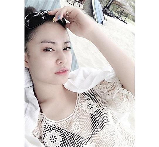 Hoàng Thùy Linh cũng ít khi khoe vóc dáng trong áo tắm.