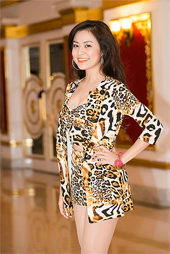 Trung thành với kiểu quần, váy siêu ngắn, nhưng Hoàng Thùy Linh chưa bao giờ gây nhàm chán.