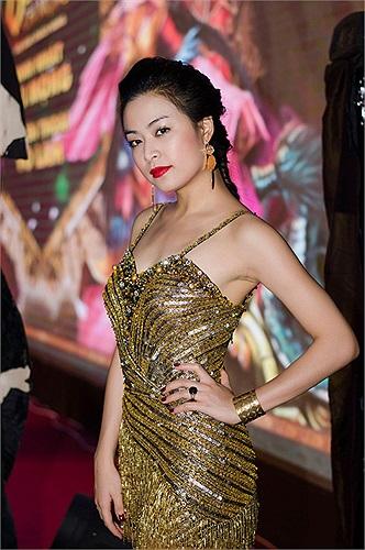 Gu thời trang gợi cảm với những bộ đầm xuyên thấu giúp cô khoe được số đo ba vòng khỏe khoắn.