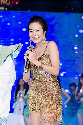 Ngoài ra kiểu dáng váy ôm sát còn làm tôn lên vẻ đẹp hình thể của Hoàng Thùy Linh.