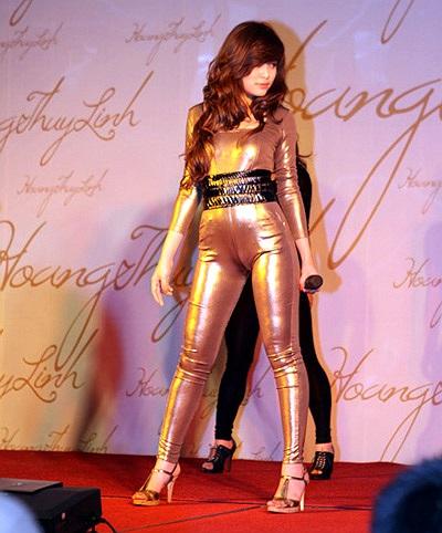 Sao Việt cũng không ít người khoe được vẻ đẹp với kiểu trang phục kén người mặc này. Nhưng ngược lại cũng không ít thảm họa ra đời.