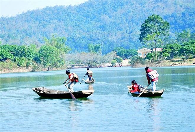Hồ Cấm Sơn nằm giữa tỉnh Bắc Giang và Lạng Sơn, là đập thủy điện lớn thứ tư ở miền Bắc với chiều dài lên tới 30 km, nơi rộng nhất lên tới 7 km. Mùa nước lũ, tất cả thửa ruộng ở thôn Đồng Mậm đều bị ngập hết, nhiều đoạn sâu 80-90m