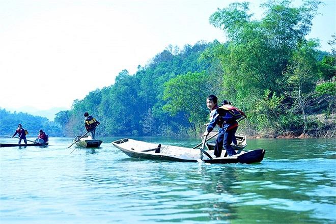 Để đến trường đi học, hằng ngày học sinh tiểu học ở Đồng Mậm đang phải đánh lộn với sông nước. Đây là con đường duy nhất đến trường của các em học sinh.