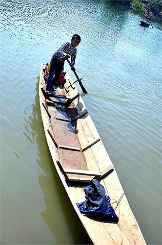 Bốn bề là nước bổ vây, dòng nước mấp mé ở mạn thuyền khiến thuyền chòng chành dường như sắp lật úp, nhưng với sự điều khiển của người lái đò nhỏ tuổi, những chiếc thuyền cứ thế lướt đi trên mặt nước