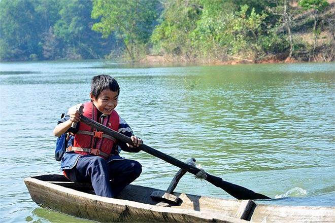Cô Nguyễn Thị Thạo, Hiệu trưởng Trường tiểu học Sơn Hải cho biết có 126 em đi học bằng thuyền vào mùa nước lớn, mùa nước cạn là 84 em và có 66 em chưa có cặp phao và áo phao.
