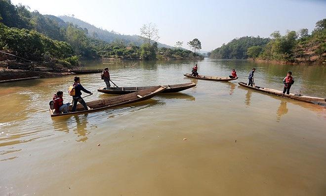 Để đến trường các em học sinh phải chèo thuyền qua hồ Cấm Sơn, đây là một trong 3 hồ chứa lớn nhất miền Bắc.