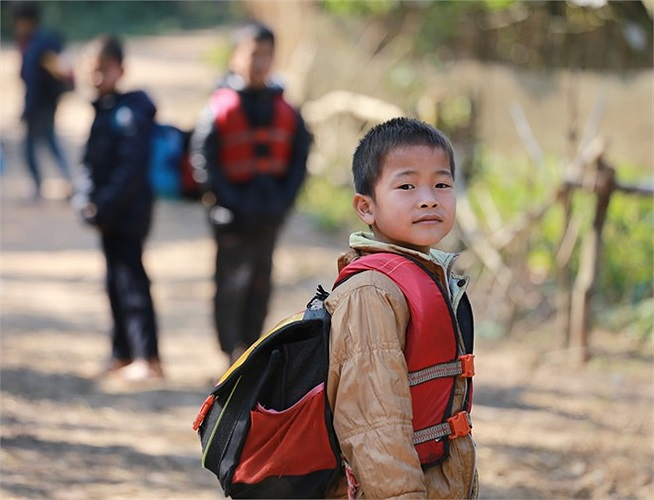 Hầu hết quần áo, cặp sách của các em mặc đều do các tổ chức từ thiện tài trợ, 100% học sinh học tại đây không phải đóng học phí. Tỷ lệ vào cấp 3 của thôn cũng vào khoảng 70%