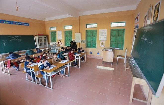 Có 3 thầy cô làm công tác giảng dạy tại Đồng Mậm, ngôi trường này khá khang trang vì được tài trợ xây dựng năm 2006. Hầu hết thầy cô đều dạy 2 khối chung một lớp học.