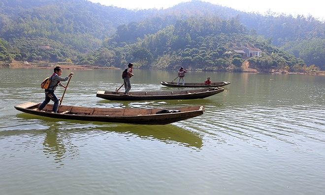 Thôn Đồng Mậm, xã Sơn Hải (huyện Lục Ngạn, Bắc Giang) bị hồ Cấm Sơn chia làm đôi nên hàng ngày, để tới trường học sinh phải tự chèo thuyền đưa nhau qua sông.
