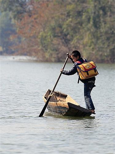 Giữa hồ nước rộng lớn, nơi sâu nhất lên tới 80 m, những đứa trẻ chênh vênh trên những con thuyền nhỏ. Những chiếc cặp phao được tài trợ giúp các em bớt nguy hiểm hơn.