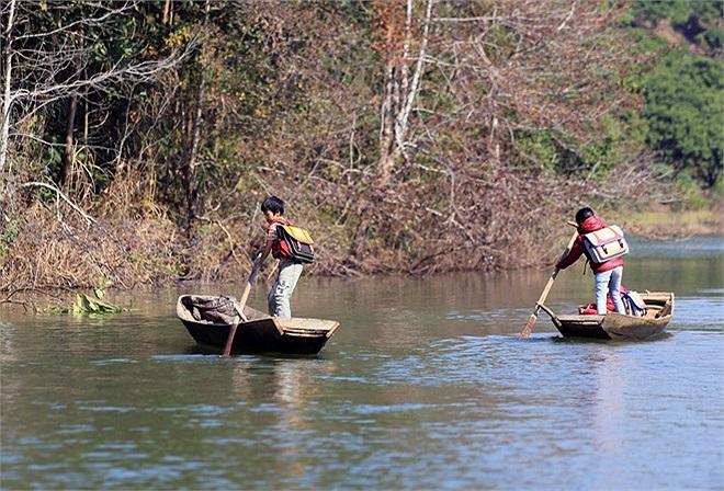 Những em ở xa thì phải chèo thuyền 2 giờ đồng hồ mới đến được trường.
