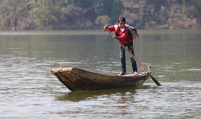 Em Vi Thị Nga, học sinh lớp 5E chèo thuyền khá thành thạo, em cho biết mình biết chèo thuyền từ khi học lớp 2, bố mất nên nhiều hôm mưa gió Nga phải tự mình chèo thuyền đến trường.