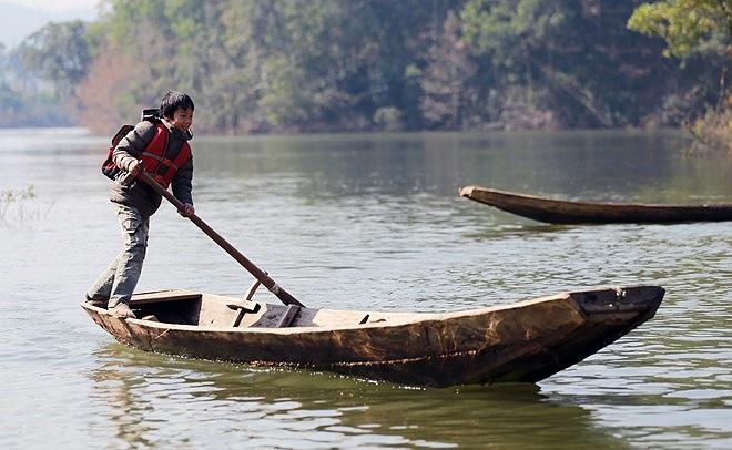 Thôn Đồng Mậm có 27 học sinh đang theo học, việc đi lại chủ yếu bằng thuyền. Vào những hôm trời lạnh, nhiệt độ xuống dưới 5độC các em không may bị lật thuyền, dù biết bơi nhưng nước lạnh giá cũng đủ cướp đi mạng sống các em