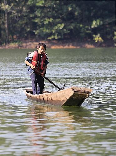 Em Vi Văn Bản cho hay, nhiều lần bị mưa gió và lật thuyền khiến sách vở ướt sũng.