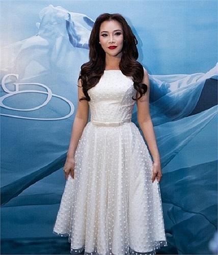 Năm 2013 đánh dấu sự thay đổi ngoạn mục của Hồ Quỳnh Hương trong việc mặc. Cô hướng đến vẻ đẹp gợi cảm và đằm thắm hơn.