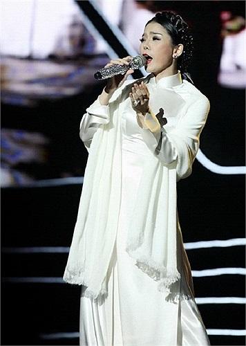 Tuy nhiên, gần đây, giọng ca 'Giấc mơ có thật' ngày càng đằm thắm với các kiểu váy áo đơn giản, tôn dáng.
