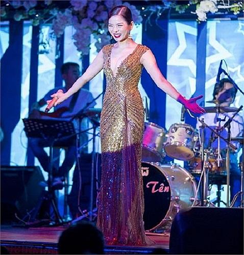 Năm 2013, Lệ Quyên khép lại bằng một đêm nhạc quy mô và được dàn dựng đẹp mắt. Trong đó không thể không kể đến những bộ váy đẹp mắt mà cô đã thể hiện.