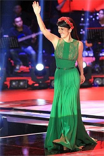Trong đêm chung kết 'Giọng Hát Việt 2013' Diva Hồng Nhung xuất hiện với những bộ váy rất đẹp. Nhưng ấn tượng và đáng nhớ nhất phải kể đến chiếc váy màu xanh mà cô ra mắt khán giả lúc chương trình mở màn.
