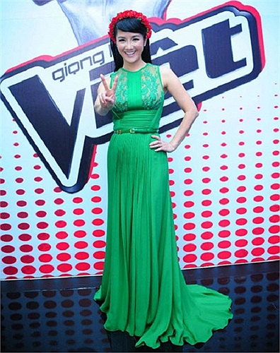 Cô Bống tha thướt trên sân khấu với bộ váy màu xanh ngọc lục bảo có thiết kế sang trọng tinh tế.