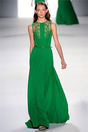 Thiết kế duyên dáng quyến rũ hơn nhiều nhờ phần ngực váy làm từ chất liệu trong suốt.  Họa tiết hoa thêu gờ nổi trên phần ngực tạo cho chiếc váy độ an toàn và trang trọng hơn.