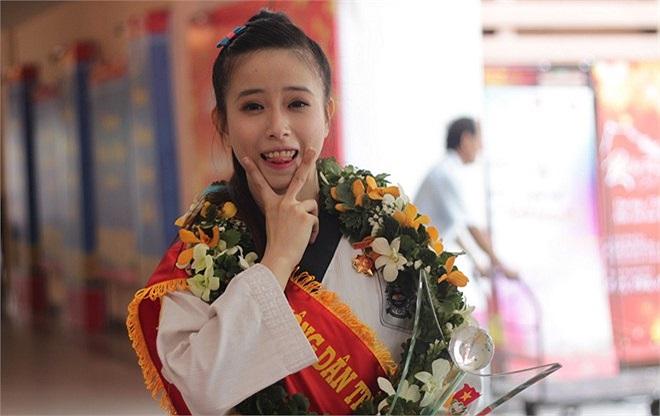 Sau lễ tuyên dương, 'hoa khôi làng võ' thích thú chụp ảnh.
