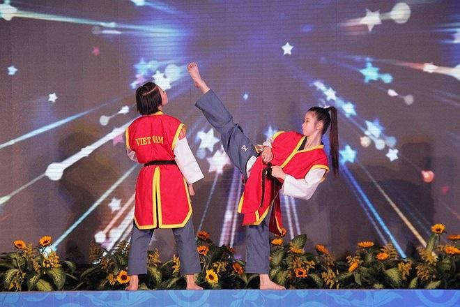 Tiết mục biêu diễn taekwondo của Vân và đồng đội trong lễ tuyên dương.
