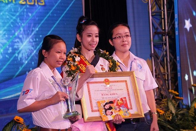 Tài năng, xinh xắn và vô cùng dễ thương, Châu Tuyết Vân đang là nữ vận động viên gây sốt trên các mạng xã hội. Cô gái sinh năm 1990 là thần tượng của rất nhiều bạn trẻ. Sau buổi lễ, rất nhiều bạn trẻ xin chụp hình cùng Vân.