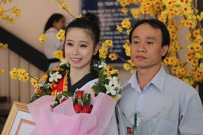 Vân và người thầy dạy taekwondo của mình.