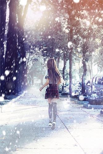 Trong bộ ảnh mới, Quỳnh Nhi đã hóa thân thành một nữ sinh Nhật xinh đẹp trong tuyết rơi trắng xóa.