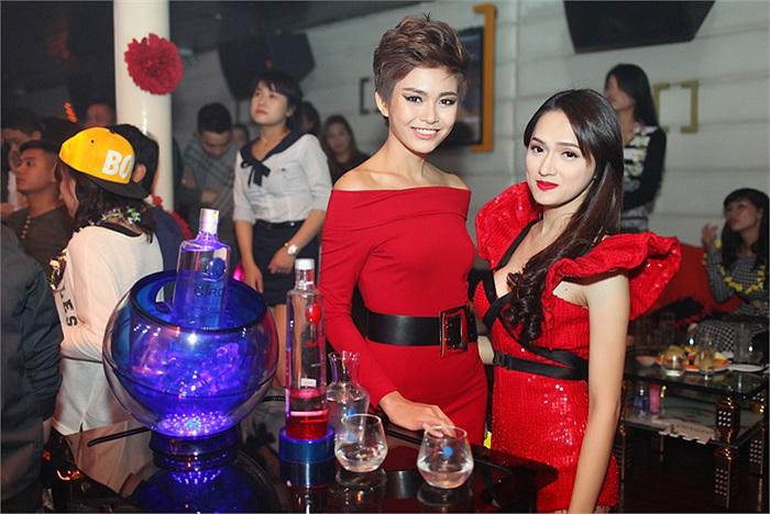 Trong sự kiện này Hương Giang có dịp hội ngộ Quán quân Vietnam's Next Top Model 2013 Mâu Thanh Thủy.