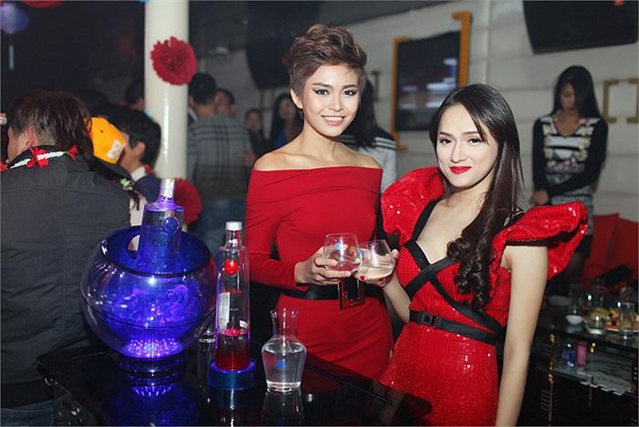 Trong đêm tiệc, Thanh Thủy xuất hiện nổi bật với mái tóc tém cá tính cùng phong cách trang điểm sắc xảo.