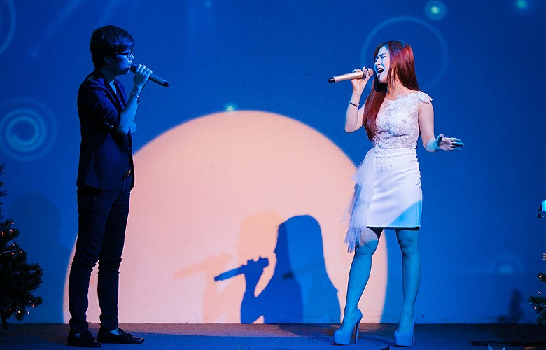 Tối 4/1/2014, Hương Tràm đã có dịp hội ngộ với ca sỹ Bùi Anh Tuấn trong đêm nhạc riêng của hai giọng hát trẻ tại Phòng trà Đồng Dao, TP. Hồ Chí Minh.