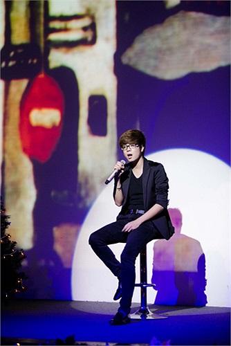 Trong đêm nhạc, Bùi Anh Tuấn còn khắc khoải trong các ca khúc mang rất nhiều tâm trạng như Trái tim bên lề hay các ca khúc về Hà Nội...
