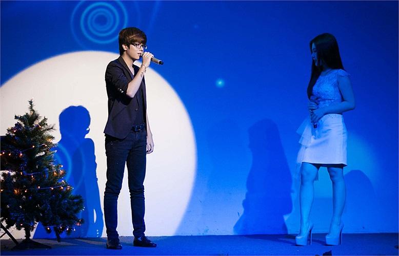 Trước đây, Hương Tràm và Bùi Anh Tuấn được mời hát chung trong một số chương trình ca nhạc phòng trà và trên sân khấu lớn, nhưng đây là lần đầu tiên cả 2 cùng góp giọng chung trong một ca khúc.