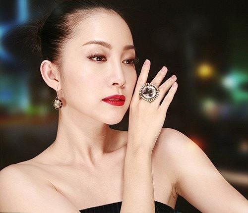 Linh Nga được coi như thiên nga làng múa. Cô sinh ra trong một gia đình giàu truyền thống nghệ thuật. Bố mẹ của người đẹp là cặp nghệ sỹ vàng của làng múa Việt Nam, Vương Linh - Đặng Hùng.