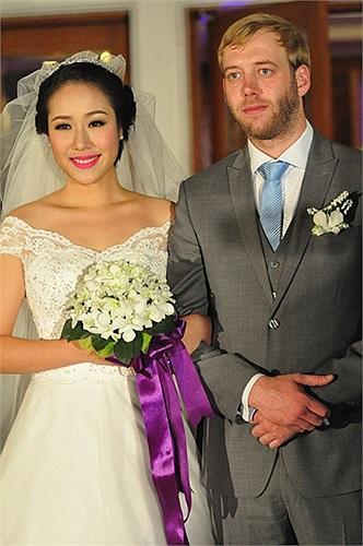 Hoa hậu mới kết thúc cuộc sống độc thân của mình hôm 13/12 vừa qua. Cô kết hôn cùng chàng trai người Anh Loz Whitaker.