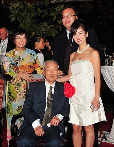 Ông nội của Hoa hậu Hà Kiều Anh là Đại tá, nguyên Thứ trưởng Hà Văn Lâu - Thứ trưởng Bộ ngoại giao đầu tiên của Việt Nam.