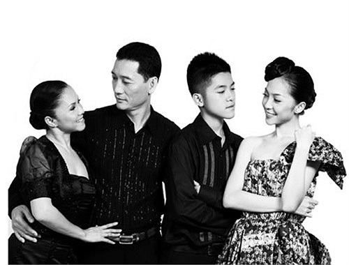 Không chỉ sinh ra trong một gia đình văn hóa, Linh Nga hiện dang làm dâu trong một gia đình quan chức cấp cao của chính phủ tại Hà Nội. Ngoài múa, Linh Nga cũng tích cực hoạt động kinh doanh tại TP.HCM.