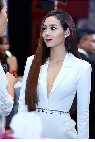 Minh Hằng khoe ngực với mốt áo không nội y. Trông cô thật sang trọng và thanh lịch trong chiếc váy dài mang phom dáng áo vest.